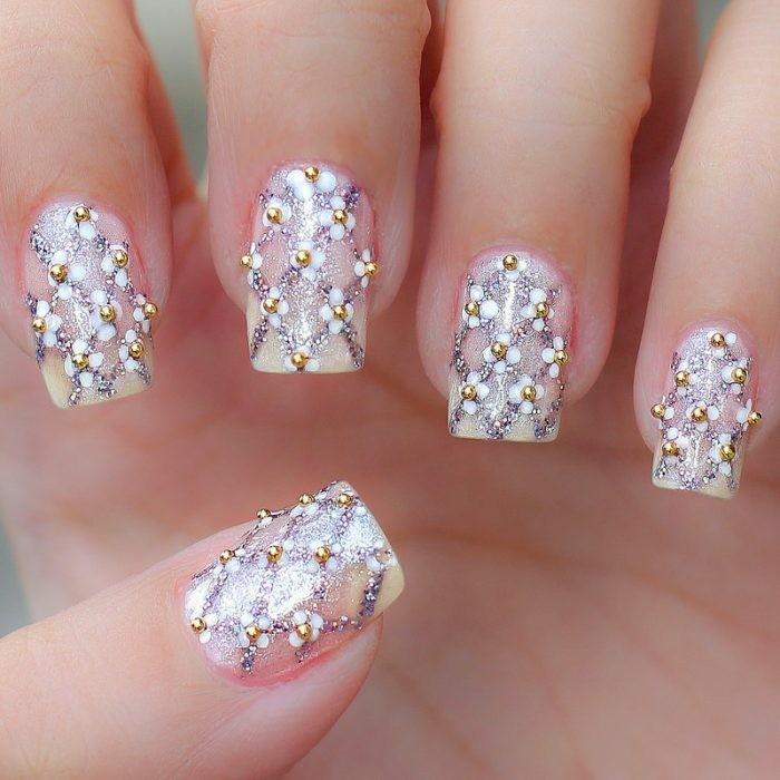 blumenmotive mit nagellack undkleine goldperlen hochzeit