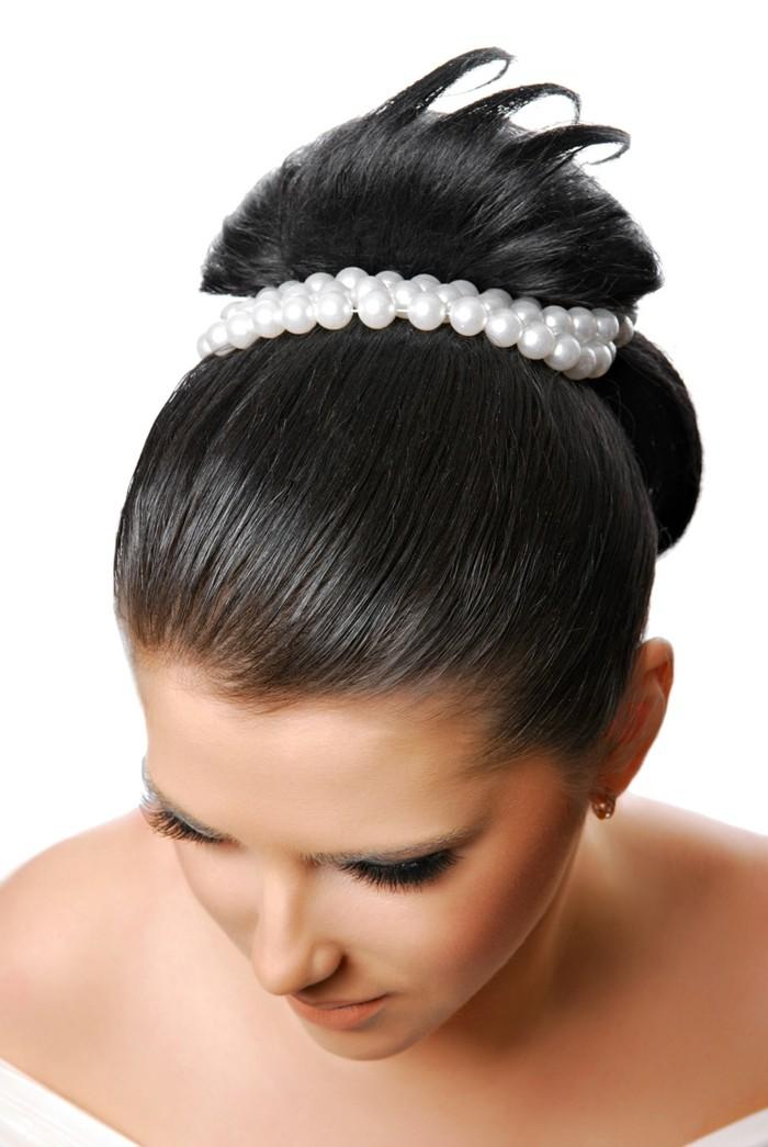 brautfrisuren schlichte hochseckfrisur mit perlen