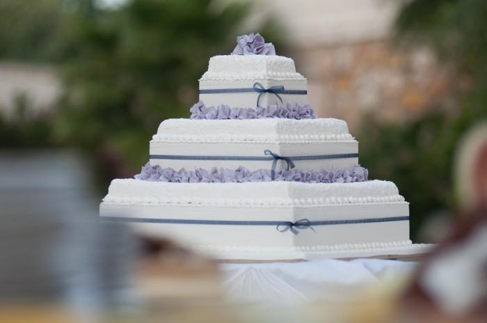 cake quadratisch hochzeitskuchen weiss lila