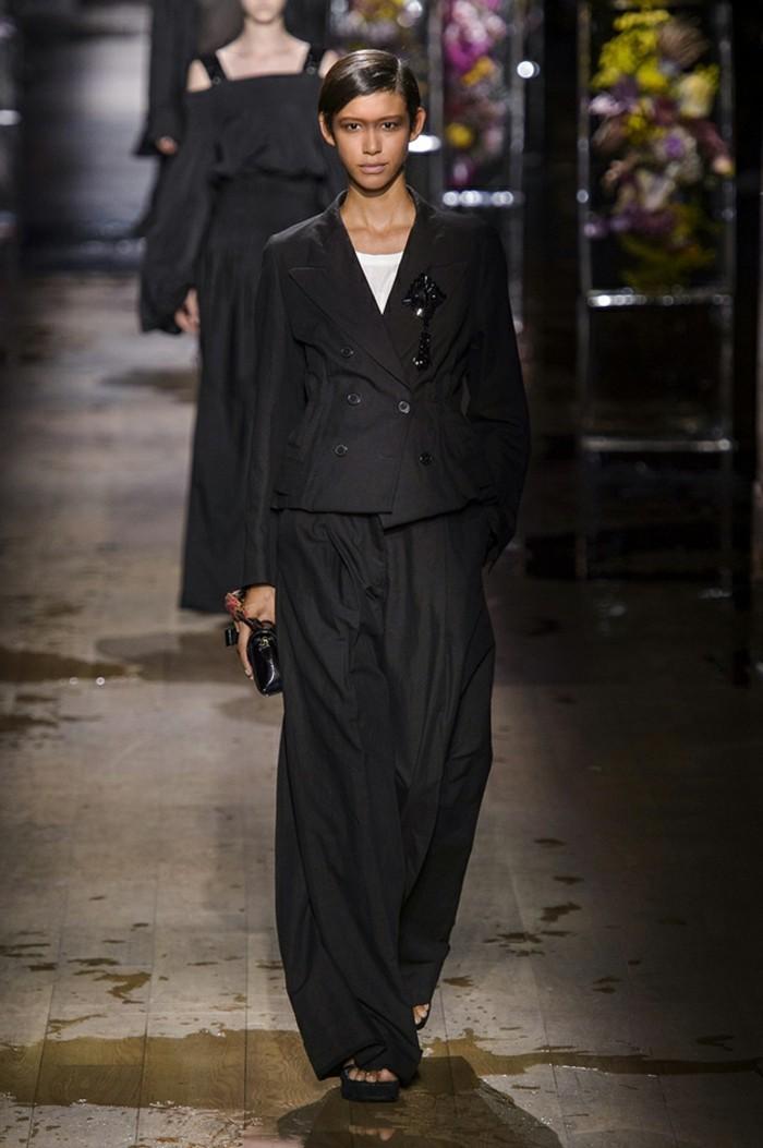 damenanzug mit schwarzer breiten hose in schwarz