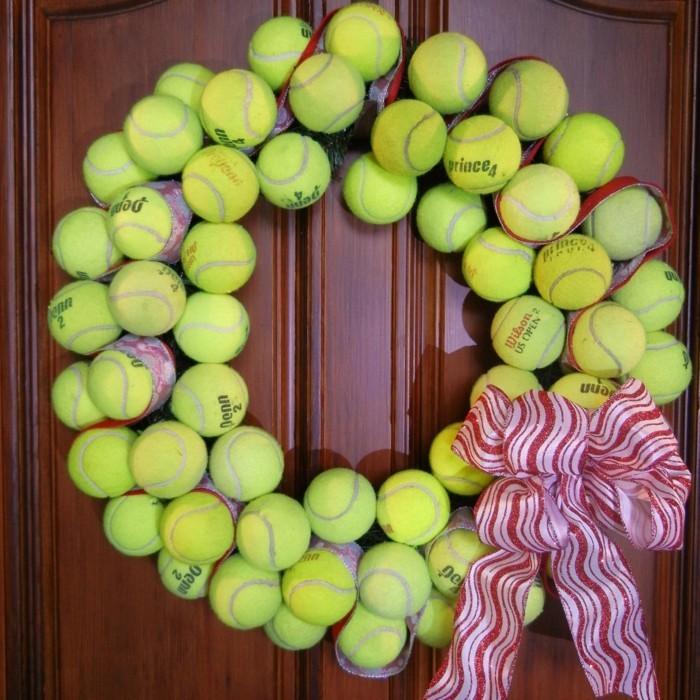 deko selber machen kranz aus tennisbällen basteln