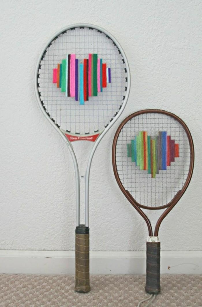 diy deko aus alten tennisschlägern farbige herzen nähen