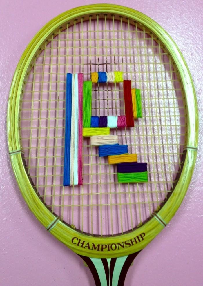 diy deko aus tennisschlägern farbigen faden benutzen