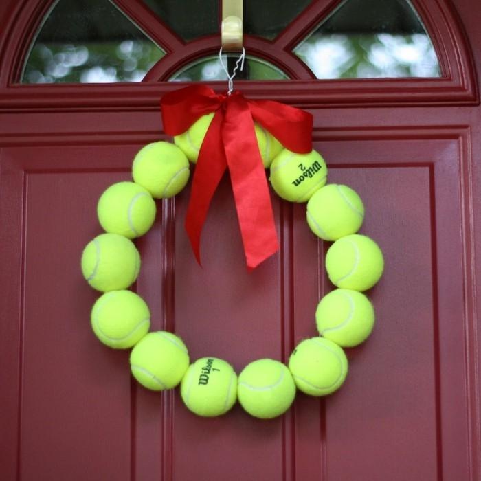 diy deko für den eingang mit tennisbällen