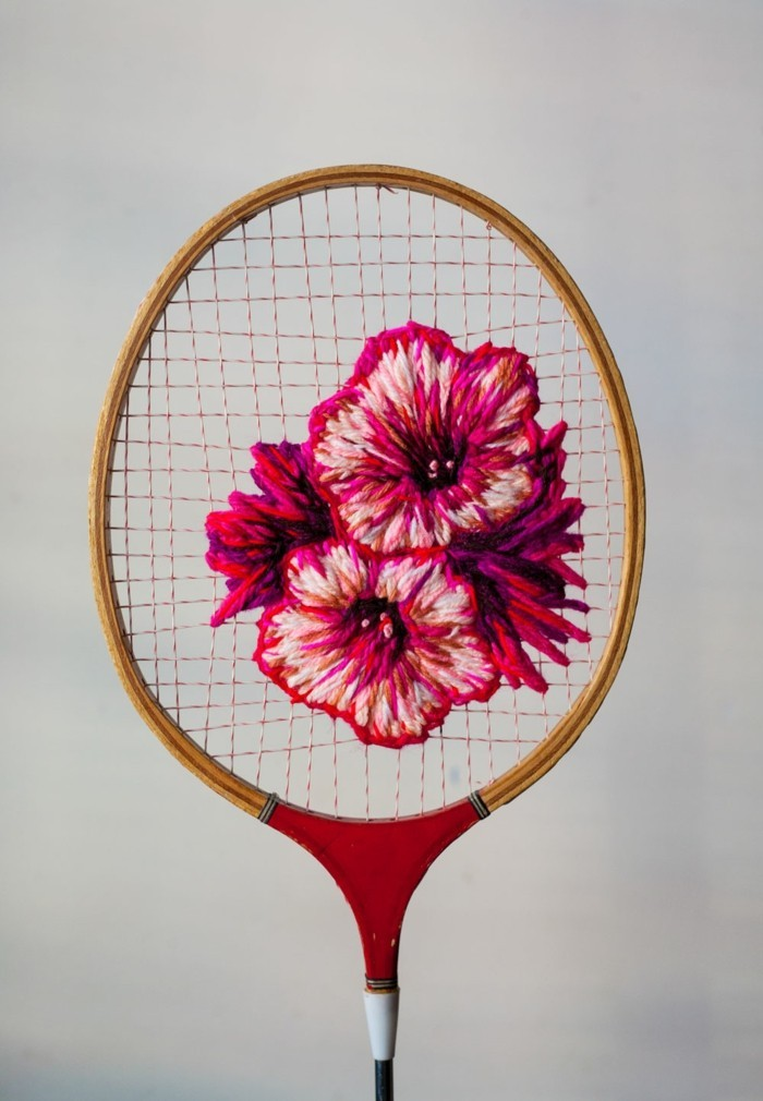 diy deko tennisschläger mit petunia aus faden danielle clough