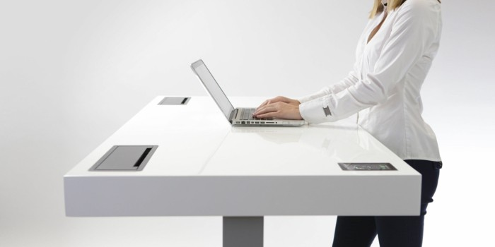 dynamisches sitzen am arbeitsplatz frau apple macbook air