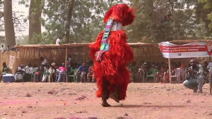 einzelner tänzer mit kostüm burkina faso