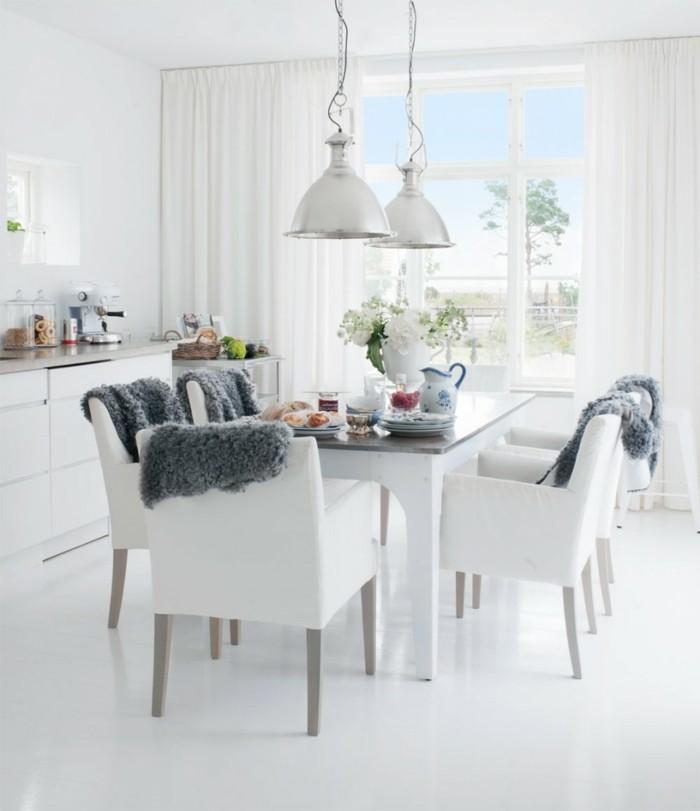 esszimmer modern skandinavischer stil mit weißen stühlen und schöner deko