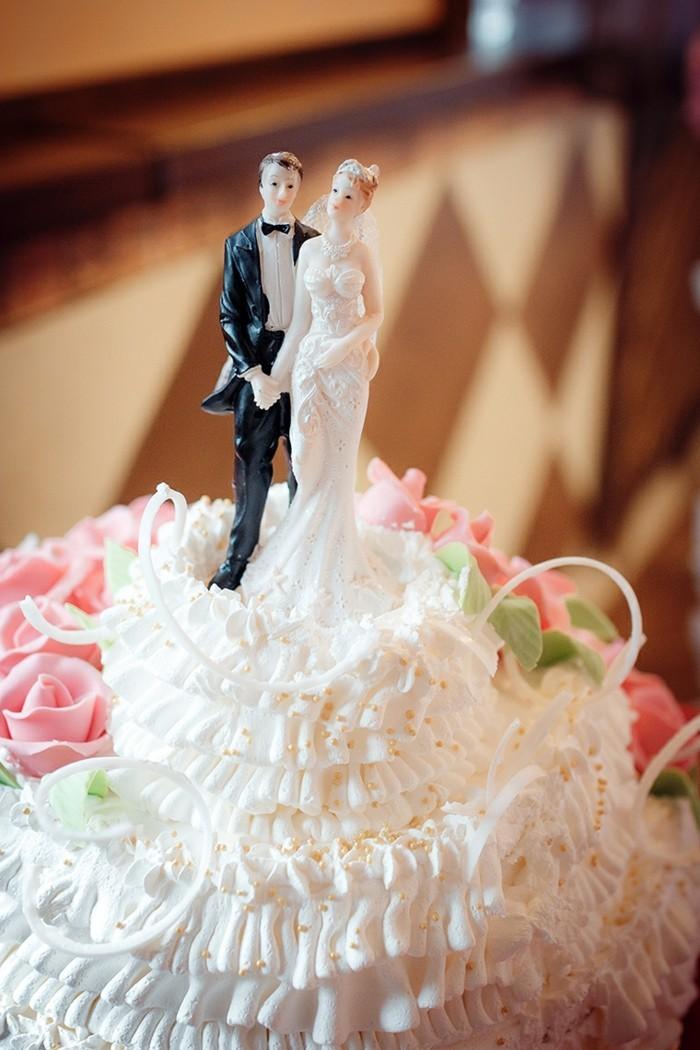 figurne für hochzeitstorte brautpaar sahne creme streusel rosen