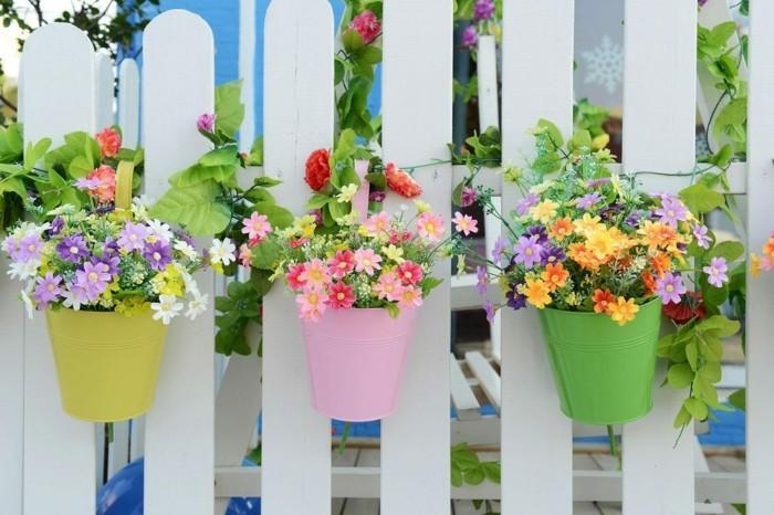 gartengestaltung ideen farbige blumentöpfe verschönern den gartenzaun