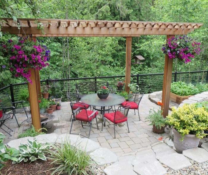 gartengestaltung ideen sitzecke mit pergola und hängeblumen
