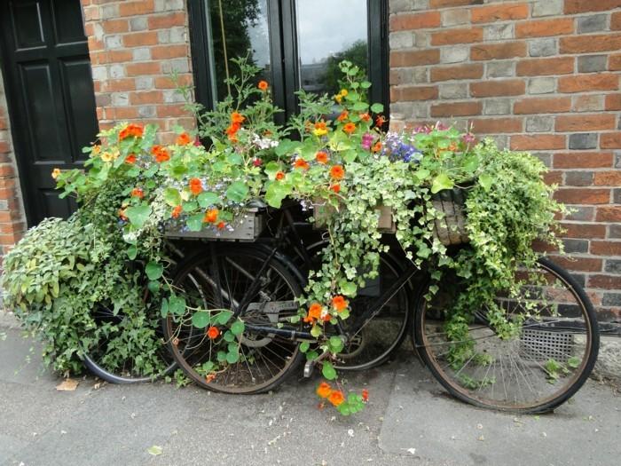 gartenideen kreative gartendeko mit fahrrädern