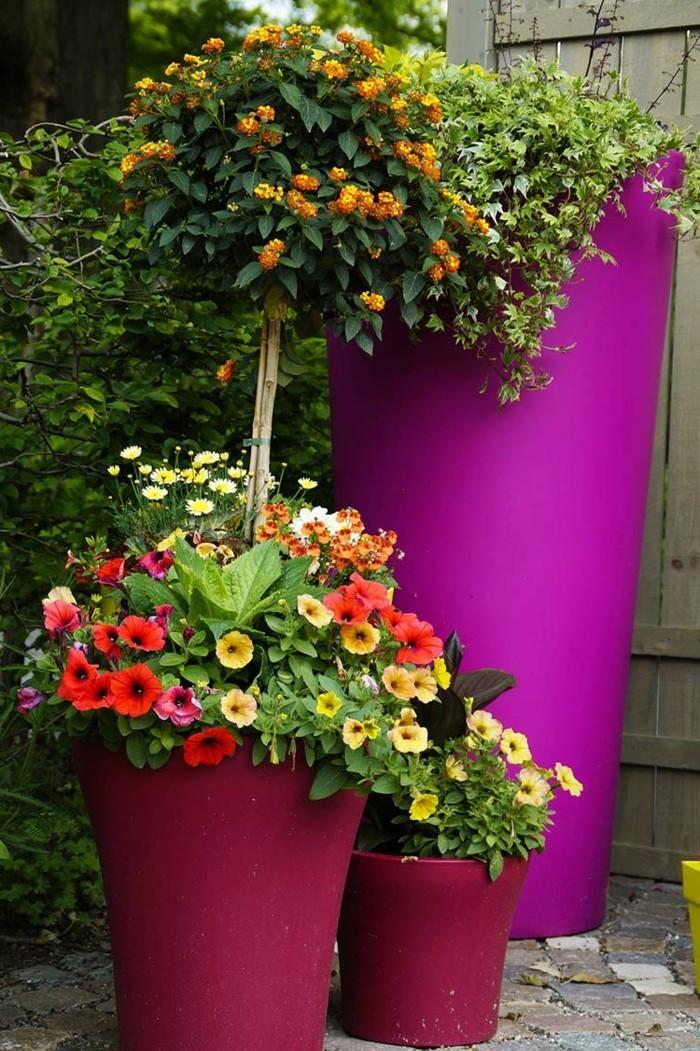 gartenideen lila pflanzencontainer und schöne blumen