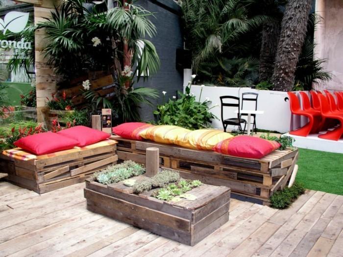 Gartenmöbel Aus Europaletten Selber Bauen Rote Gelbe Kissen 55 Günstige  Gartenideen: Einen Schönen Garten Mit Wenig Geld Gestalten!