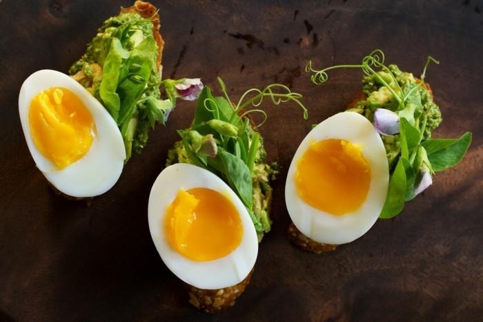 gesunde frühstücksideen avocado toast mit gekochten eiern