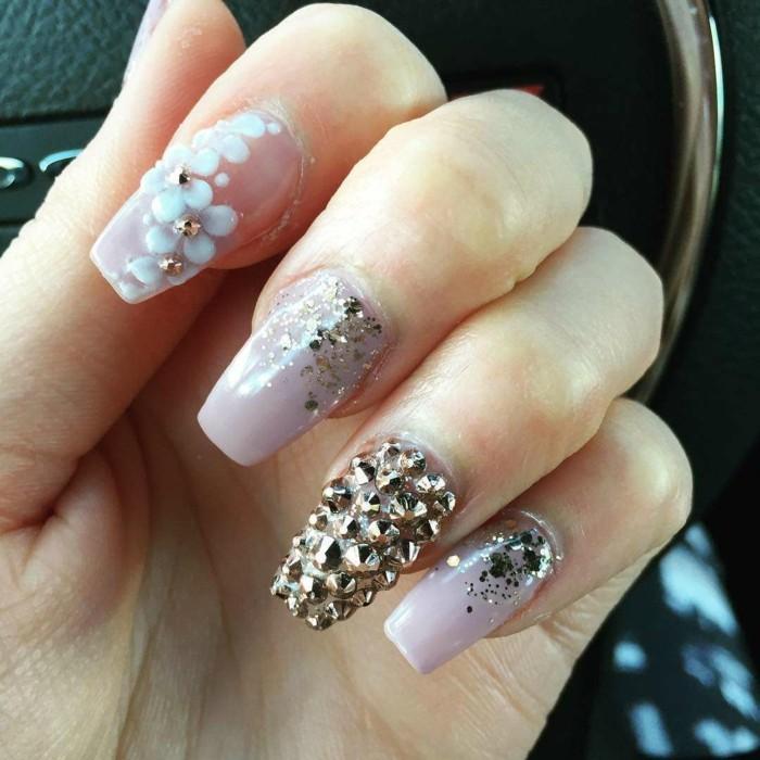 glitzersteine goldschimmer blumenmuster strasssteine fingernägel hochzeit