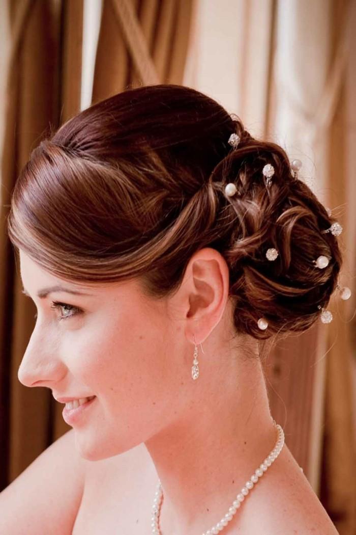hochzeitsfrisuren für glattes haar hochgesteckte frisur mit haarschmuck