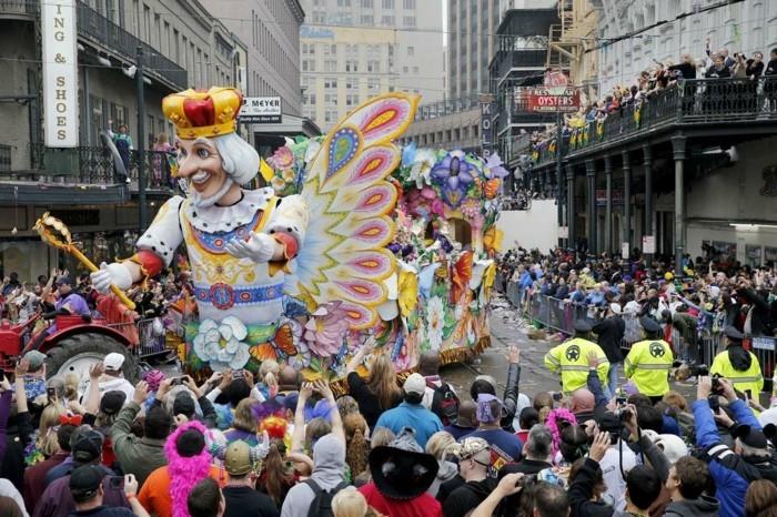 Strassenszenen aus Mardi Gras in New Orleans