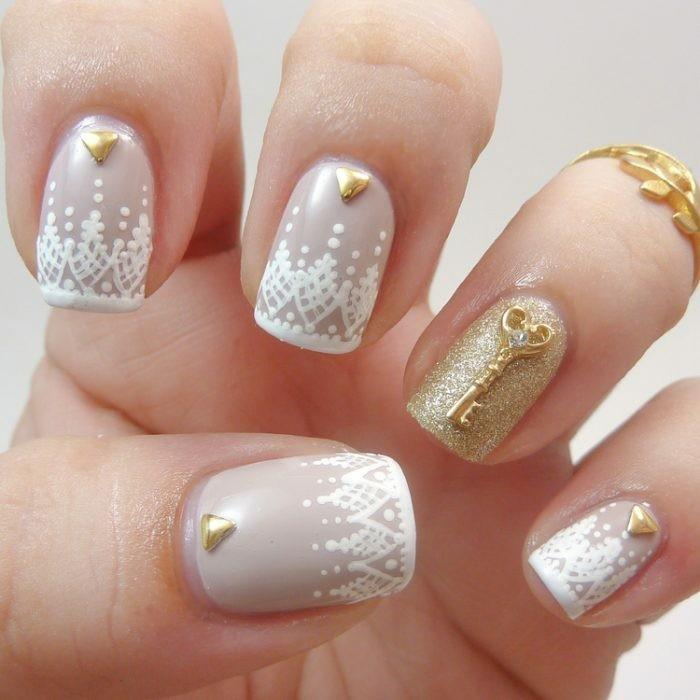 nageldesign mit goldglitzer weisssem nagellack goldschlüssel