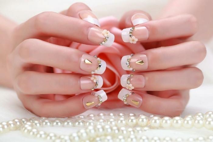 nageldesign perlen silber gold weisser nagellack blumen