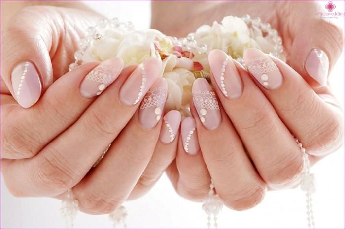 ovale fingernägel nude strasssteine spitze muster