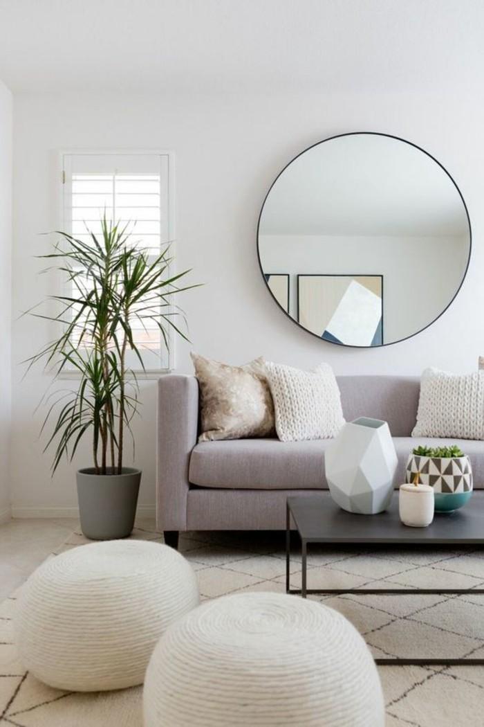 pflanzkübel im wohnzimmer und runder wandspiegel