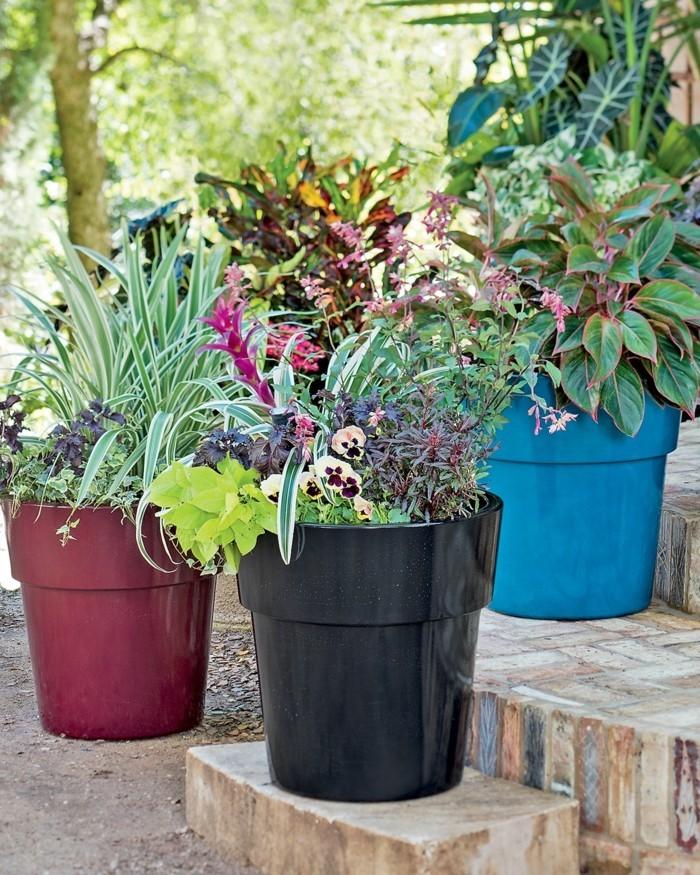 pflanzkübel in vershiedenen farben für den außenbereich