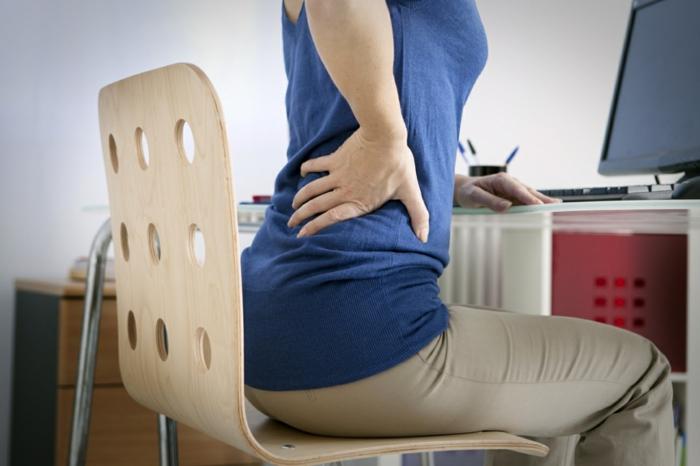 rückenprobleme ungesundes sitzen im büro vermeiden