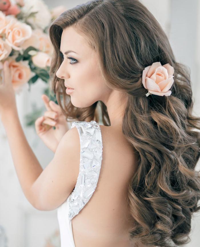 schöne frisuren für die hochzeit für lange wellige haare mit accessoires