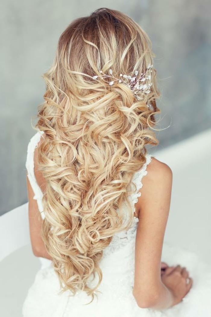 schöne frisuren hochzeitsideen für lange haare charmante locken und eleganter schmuck