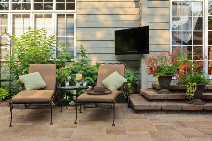 schöne gärten erholungsbereich mit viel pflanzen