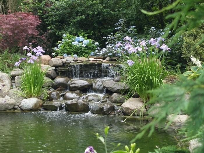 schöne gärten gartenteich mit steinen und pflanzen