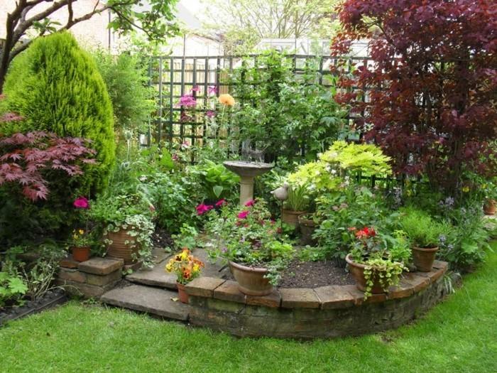 schöne gärten hinterhof mit wasser und pflanzen