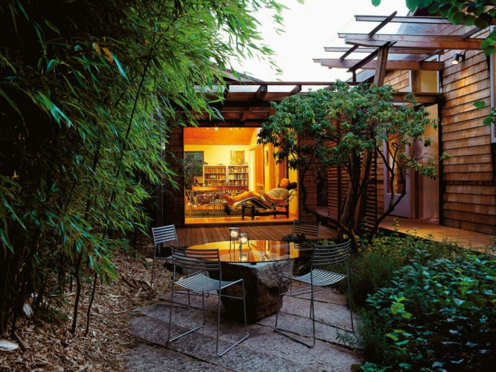 schöne gärten kleinen garten gestalten mit ausgefallenem gartentisch