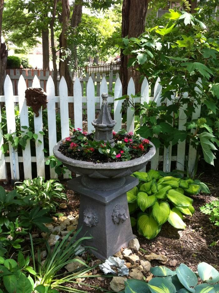 schöne gärten springbrunnen und viele pflanzen