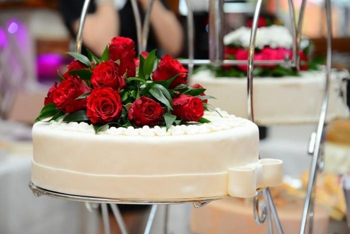weisse fondanttorte hochzeit rote rosen