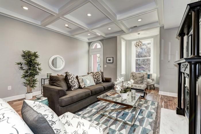 deckengestaltung im wohnzimmer geometrischer teppich und viele dekokissen