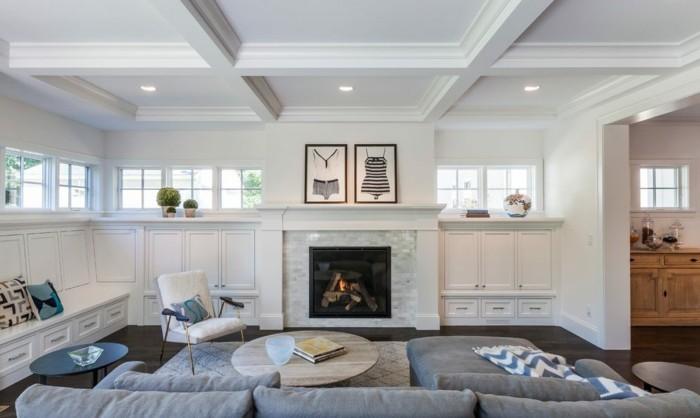 deckengestaltung wohnzimmer einrichten mit hellgrauen möbel und kamin