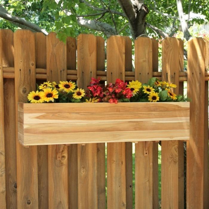 deko ideen pflanzenbehälter an den gartenzaun aufhängen