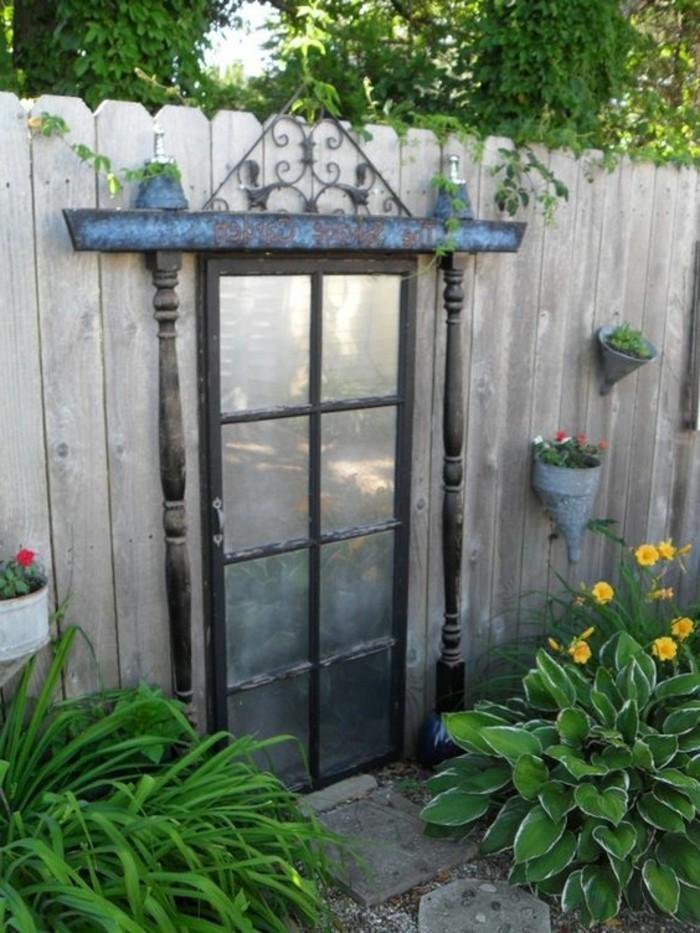 deko ideen spiegel im hinterhof gartenzaun verschönern