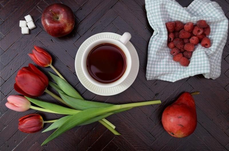 frühstück mit kaffee blumenstrauss tulpen