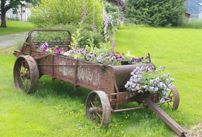gartengestaltung ideen ackerbauausrüstung als pflanzenbehälter