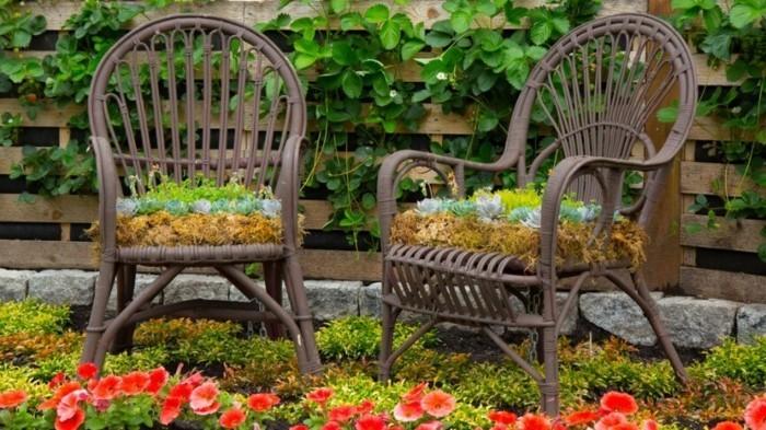 gartengestaltung ideen alte stühle als pflanzenbehälter