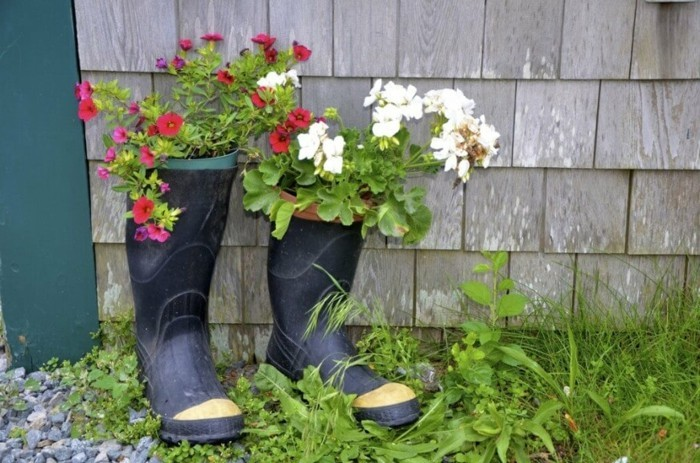 gartengestaltung ideen alte stiefel als pflanzbehälter benutzen