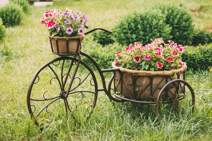 gartengestaltung ideen antikes fahrrad mit vilene blumentlpfen kreative ideen für die gartendeko
