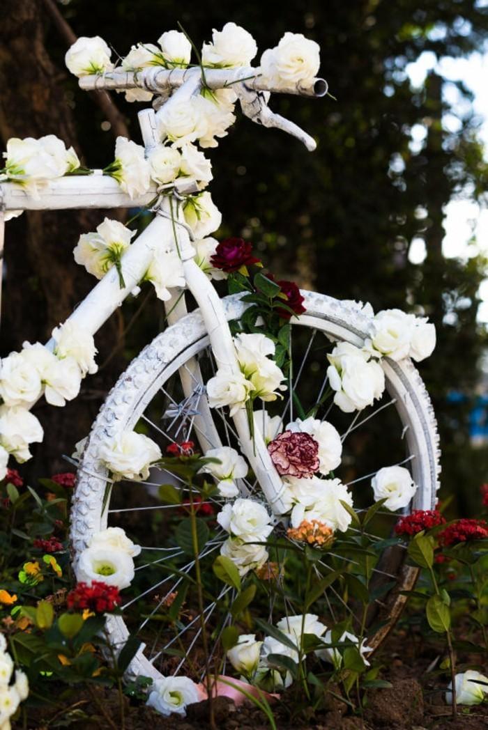gartengestaltung ideen charmante gartenideen mit fahrrad als pflanzenbehälter