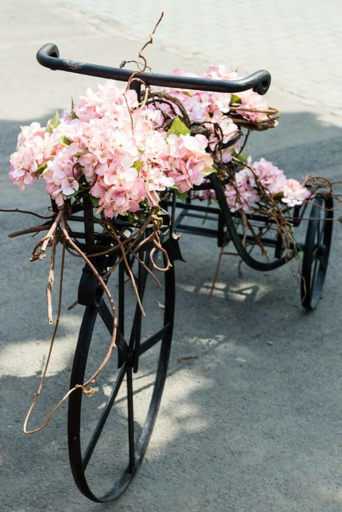 gartengestaltung ideen charmanter garten mit fahrrad pflanzenbehälter