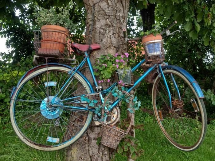 gartengestaltung ideen fahrrad an den baum befestigen kreative pflanzenbehälter