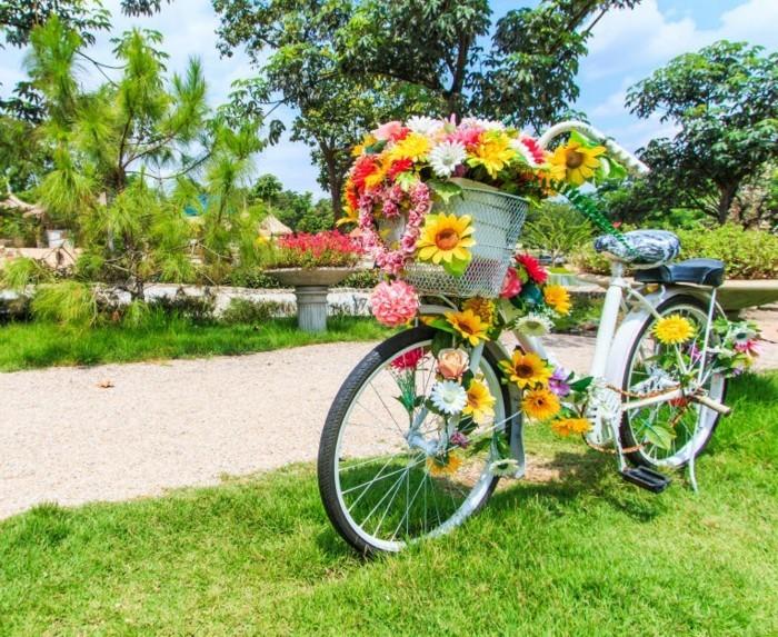 gartengestaltung ideen fahrrad mit blumn dekorieren und als pflanzenbehälter benutzen
