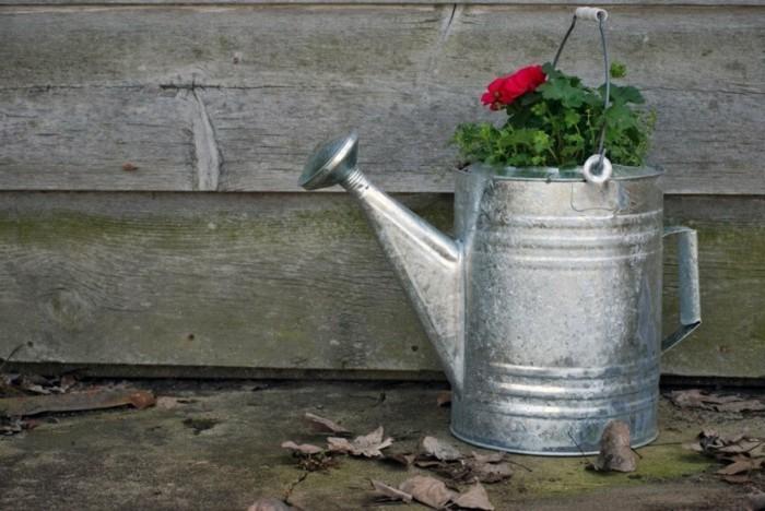 gartengestaltung ideen gießknne als pflanzgefäß